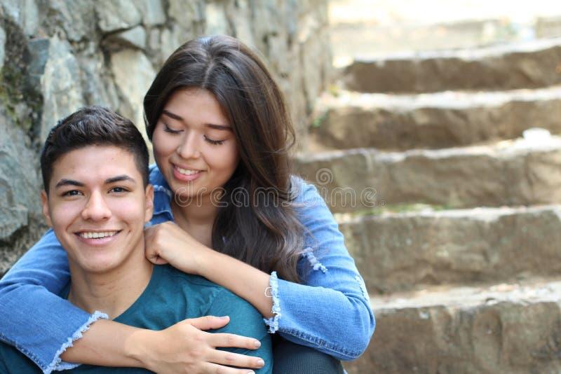 Pares étnicos novos românticos bonitos foto de stock