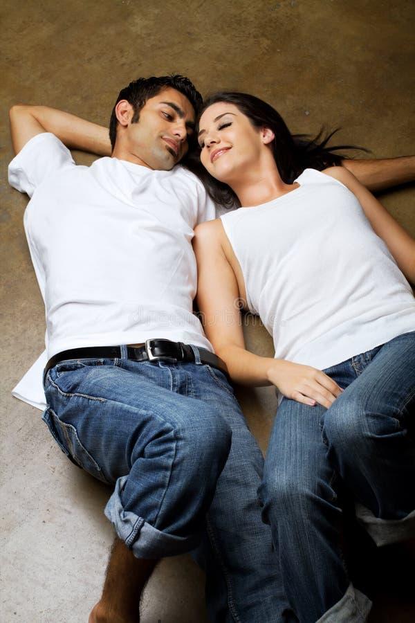 Pares étnicos 'sexy' no amor fotos de stock royalty free