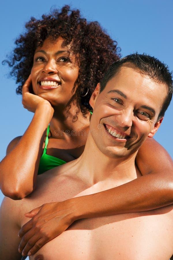 Pares - abraçando-se na praia fotografia de stock royalty free