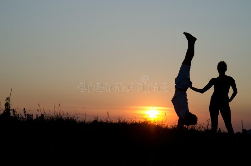 Pares acrobáticos. imagen de archivo