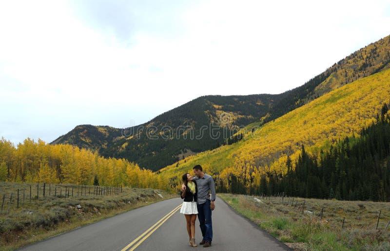 Pares adentro en las hojas de la caída del Colorado Rocky Mountains fotografía de archivo