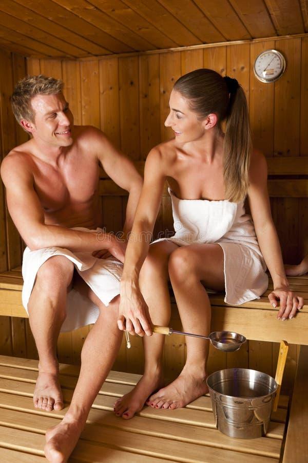 Pares adentro en sauna foto de archivo libre de regalías