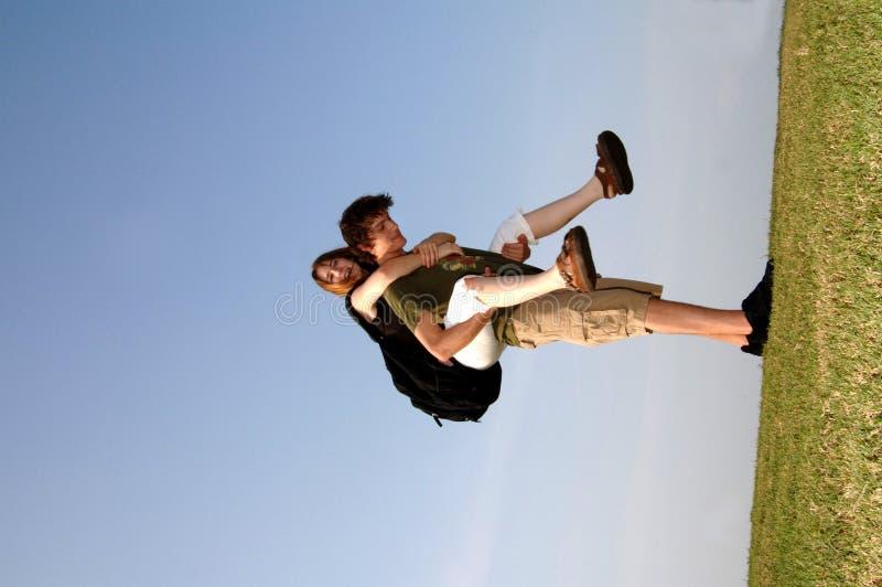 Pares adolescentes al aire libre foto de archivo