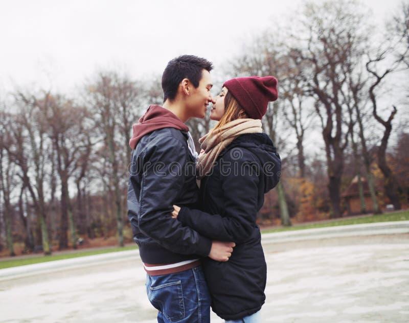 Pares adolescentes alrededor para tener un beso apasionado foto de archivo libre de regalías