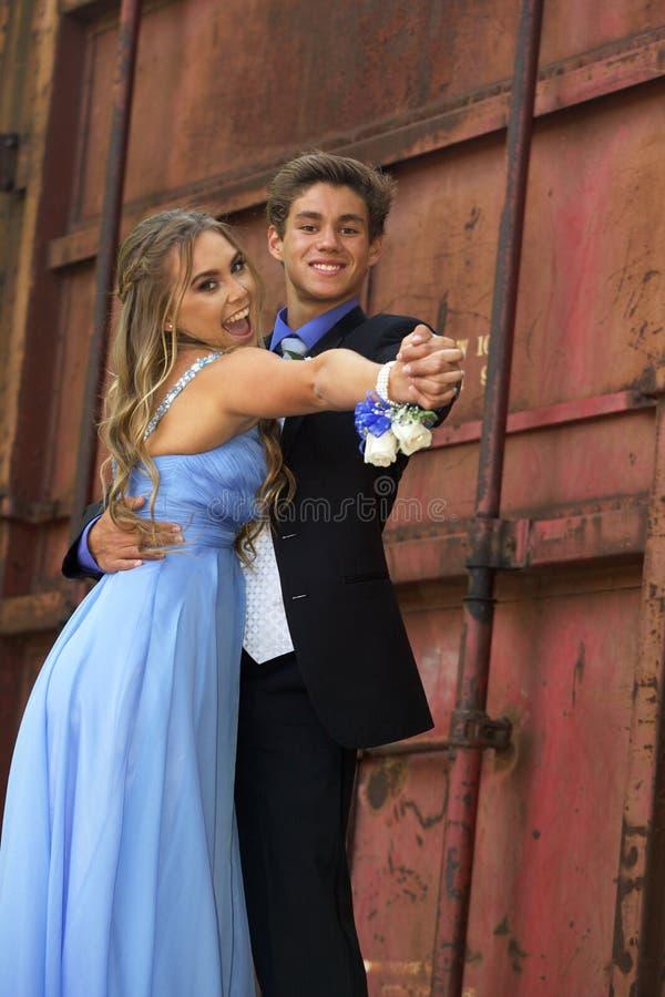 Pares adolescentes atractivos del baile de fin de curso foto de archivo