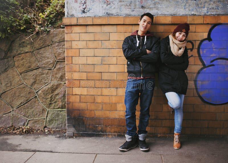 Pares adolescentes atrativos junto fora fotografia de stock royalty free