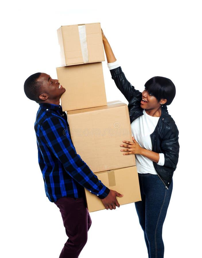 Pares adolescentes com caixas de cartão fotografia de stock royalty free