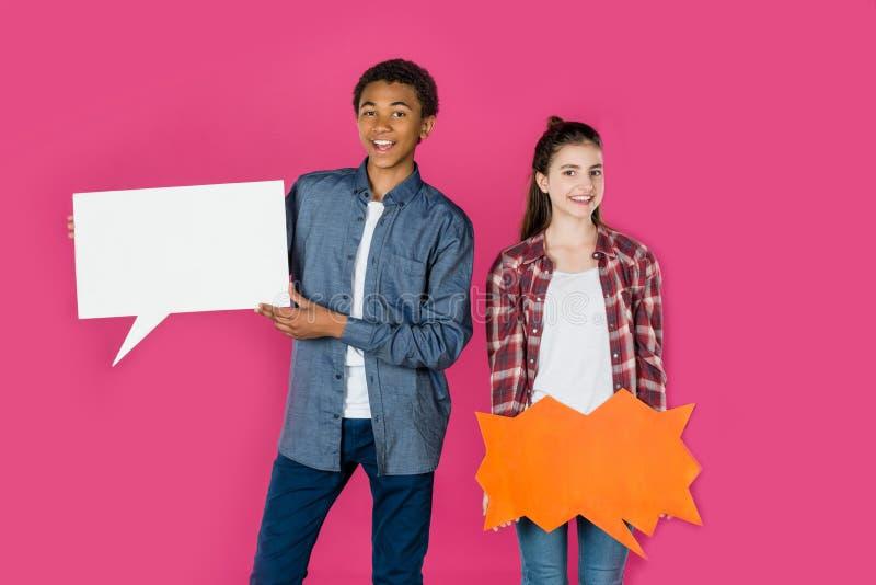 pares adolescentes con las burbujas en blanco del discurso imágenes de archivo libres de regalías