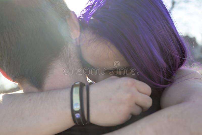 Pares adolescentes del amante al aire libre imagen de archivo libre de regalías