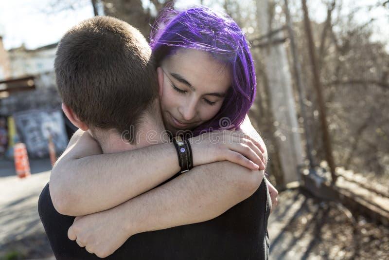 Pares adolescentes del amante al aire libre imagenes de archivo