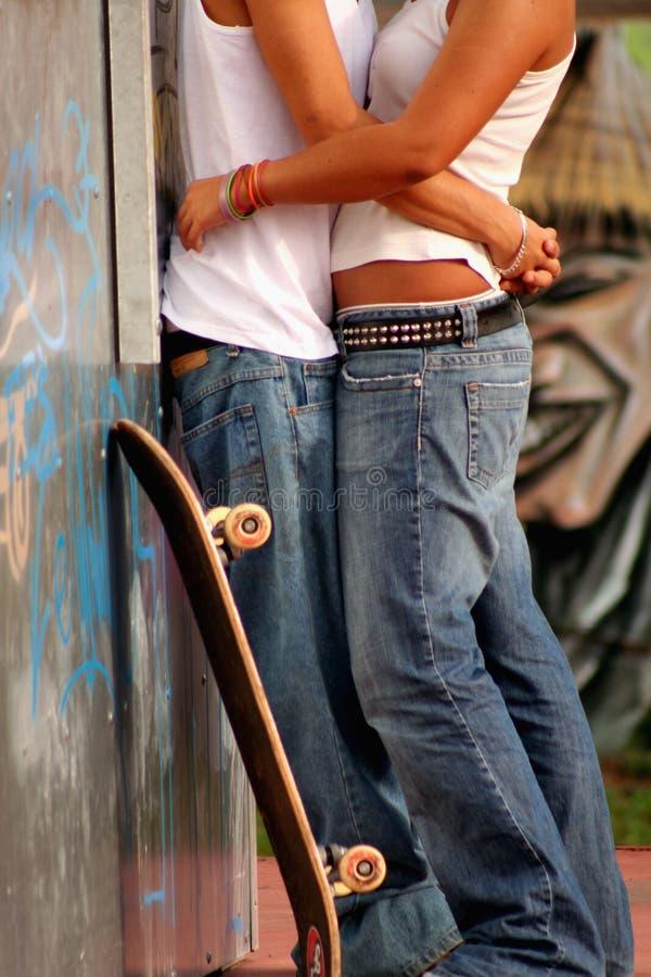 Pares adolescentes en amor fotos de archivo libres de regalías