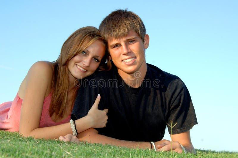 Pares adolescentes felices foto de archivo