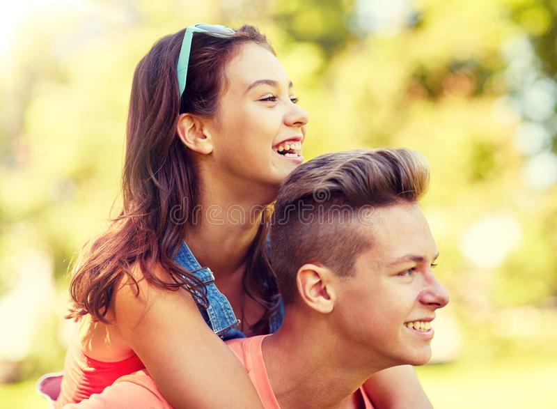 Pares adolescentes felices que se divierten en el parque del verano imagen de archivo libre de regalías