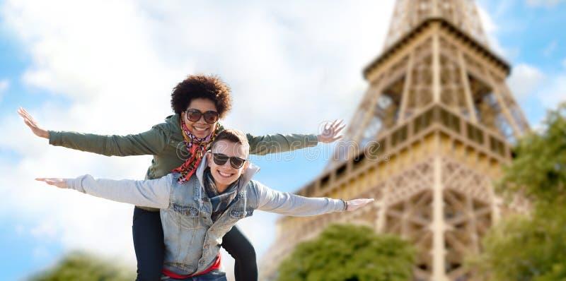 Pares adolescentes felizes sobre a torre Eiffel de Paris imagem de stock royalty free