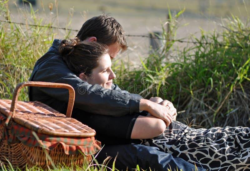 Pares adolescentes jovenes en amor en campo fotografía de archivo