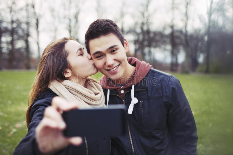 Pares adolescentes loving que tomam o autorretrato imagens de stock