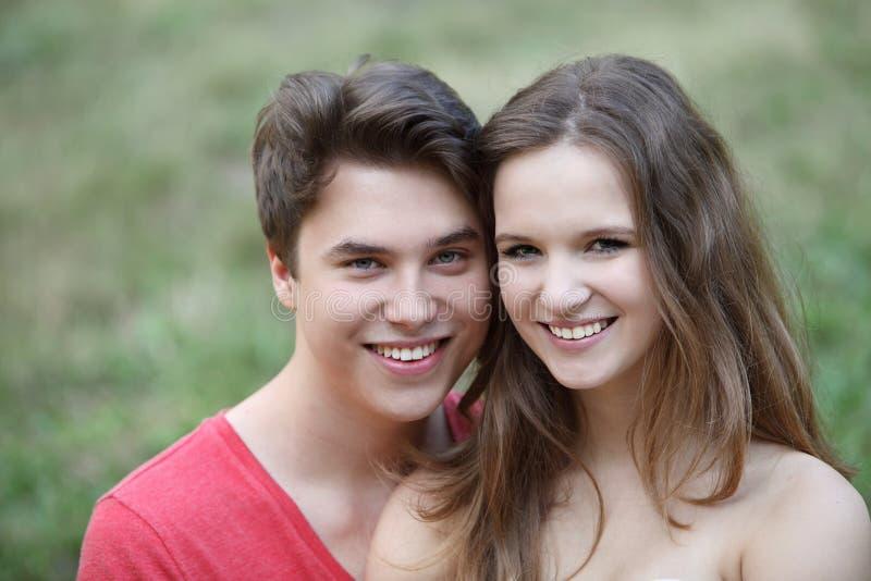 Pares adolescentes novos de amor afetuosos fotografia de stock