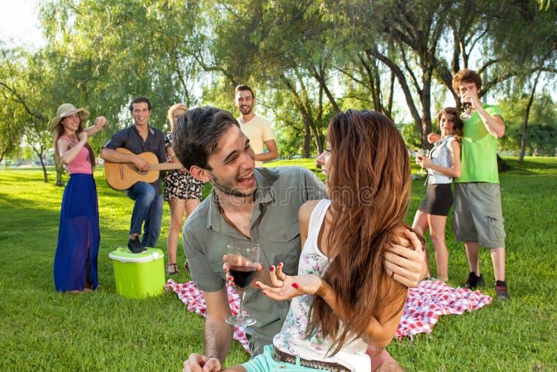 Pares adolescentes novos românticos felizes fotos de stock