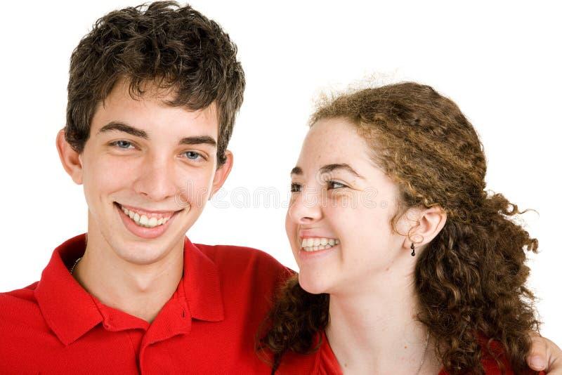 Pares adolescentes que gracejam ao redor imagens de stock