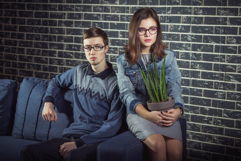 Pares adolescentes tímidos e sérios fotos de stock royalty free