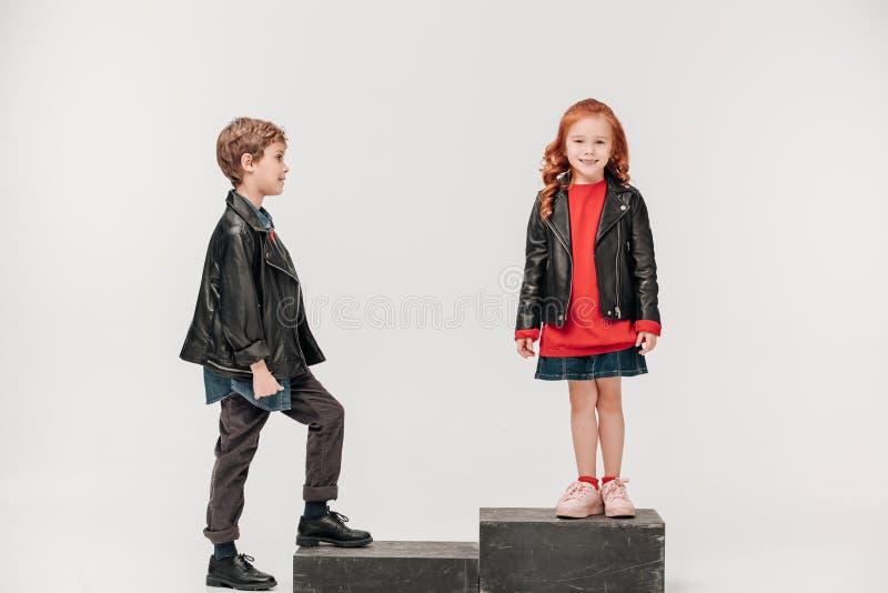 pares adoráveis das crianças em escadas imagem de stock royalty free