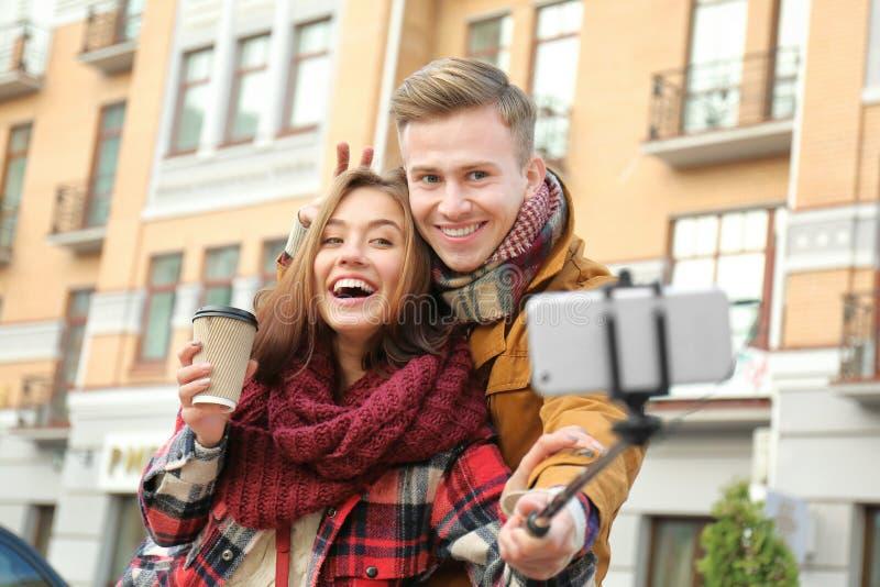 Pares adorables jovenes que toman el selfie imágenes de archivo libres de regalías