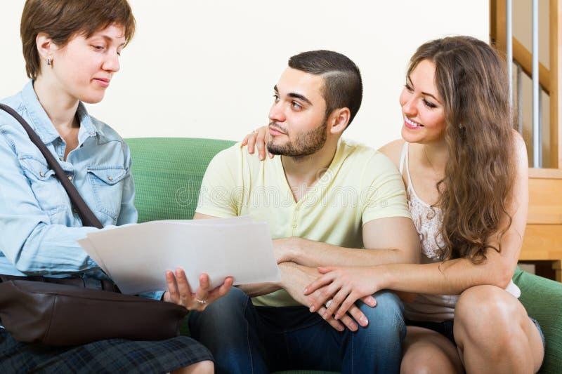 Download Pares Adultos En El Sofá En Hogar Foto de archivo - Imagen de casa, varón: 41921516