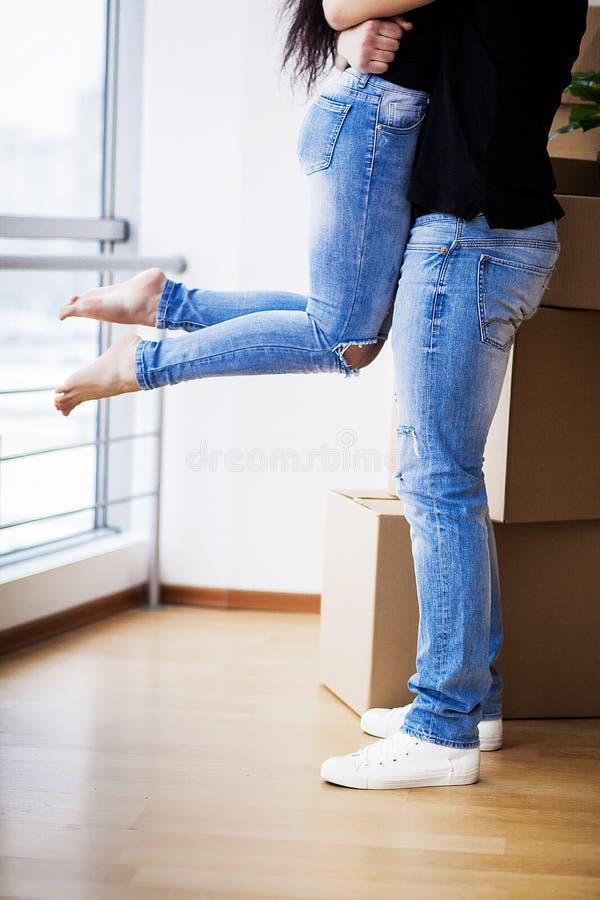 Pares adultos felices que se mueven hacia fuera o adentro al nuevo hogar fotografía de archivo libre de regalías