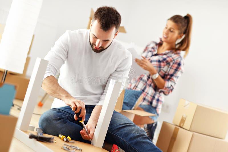 Pares adultos felizes que movem-se para fora ou dentro para a casa nova fotos de stock royalty free