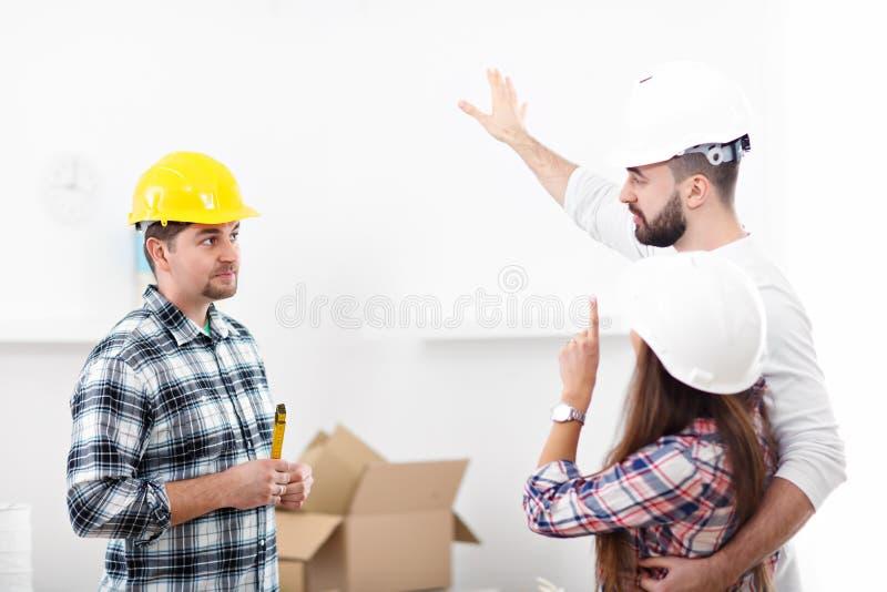 Pares adultos felizes que movem-se para fora ou dentro para a casa nova foto de stock royalty free