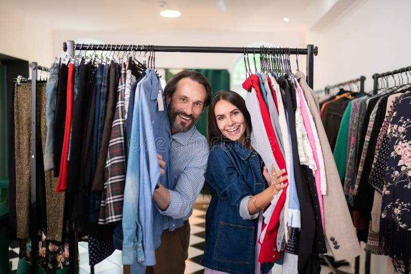 Pares adultos felizes que passam o tempo na loja de roupa imagens de stock royalty free