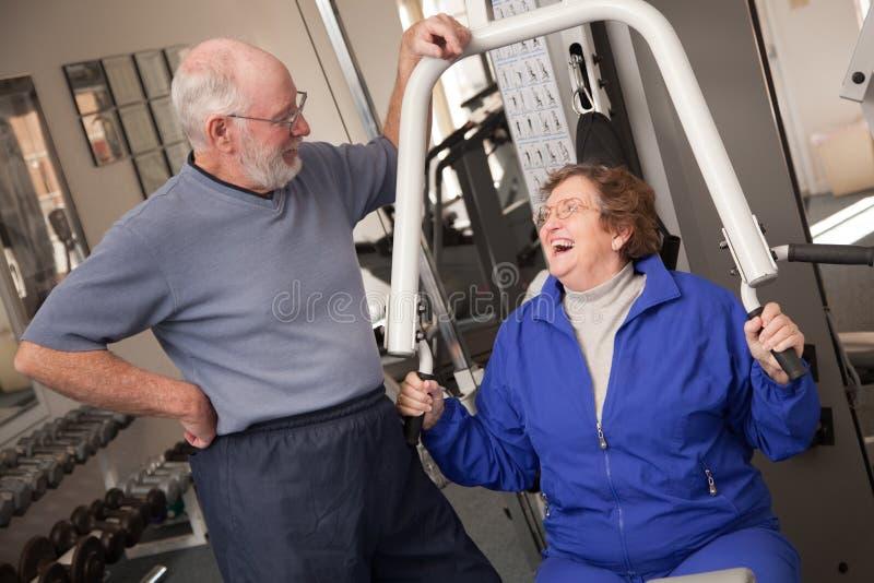 Pares adultos mayores en la gimnasia imágenes de archivo libres de regalías
