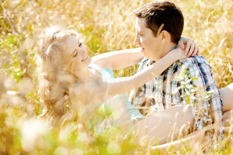 Pares adultos novos felizes no amor no campo Dois, homem e wom imagem de stock royalty free
