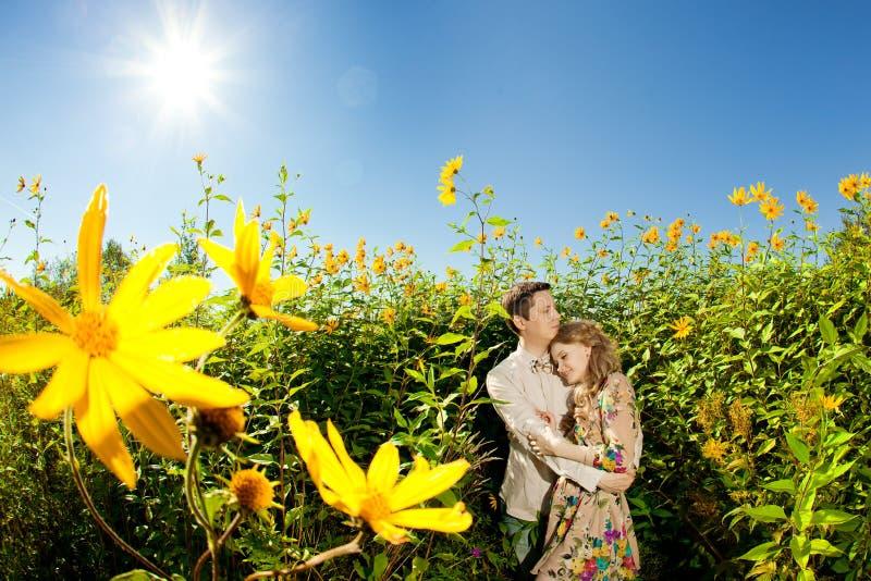 Pares adultos novos felizes no amor no campo Dois, homem e wom imagens de stock royalty free