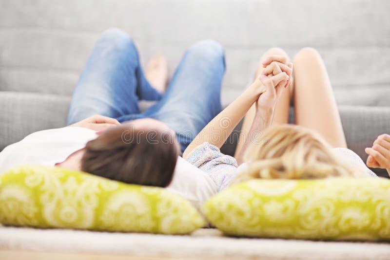 Pares adultos que relaxam em casa fotografia de stock royalty free