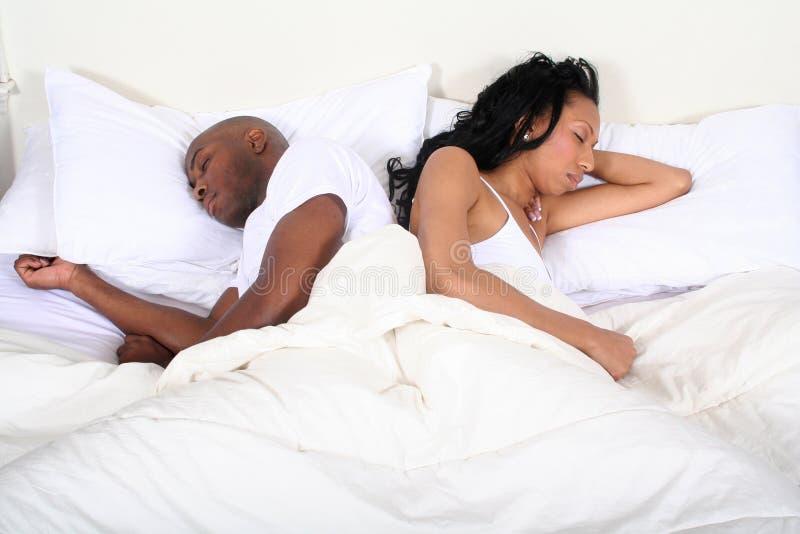 Pares africanos de Amrican en cama fotografía de archivo libre de regalías