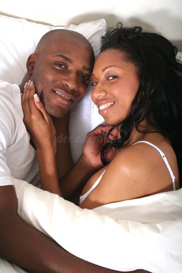 Pares africanos de Amrican en cama foto de archivo libre de regalías