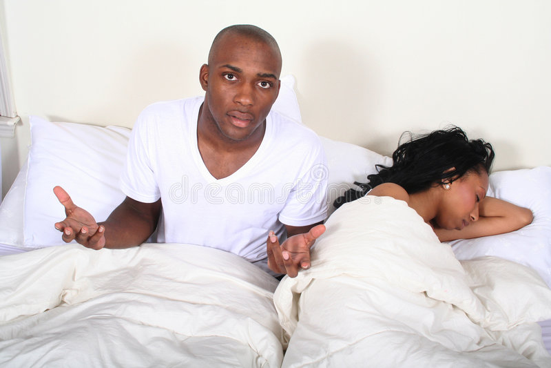 Pares africanos de Amrican en cama foto de archivo