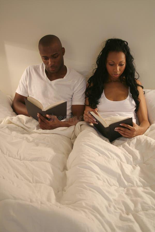 Pares africanos de Amrican en cama fotos de archivo