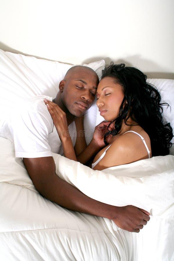 Pares africanos de Amrican na cama fotos de stock royalty free