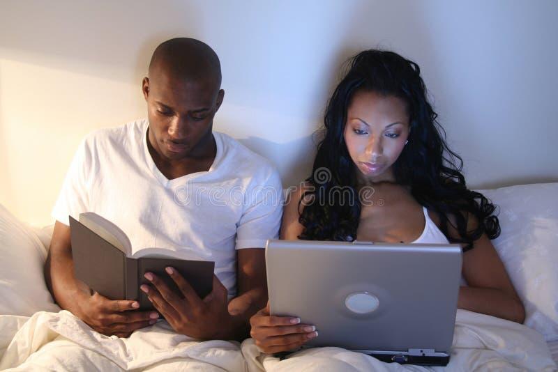 Pares africanos de Amrican na cama imagem de stock royalty free