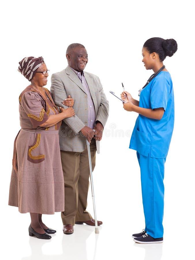 Pares africanos de los ancianos de la enfermera foto de archivo libre de regalías