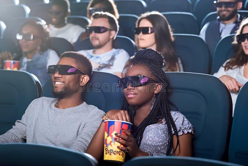 Pares africanos en el cine fotos de archivo