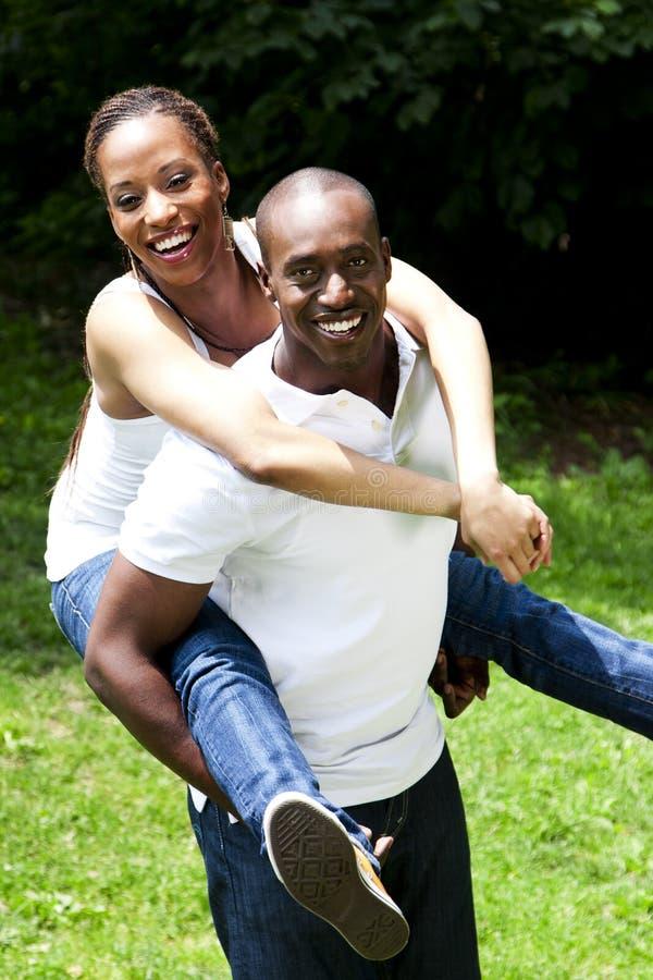 Pares africanos felices imagenes de archivo