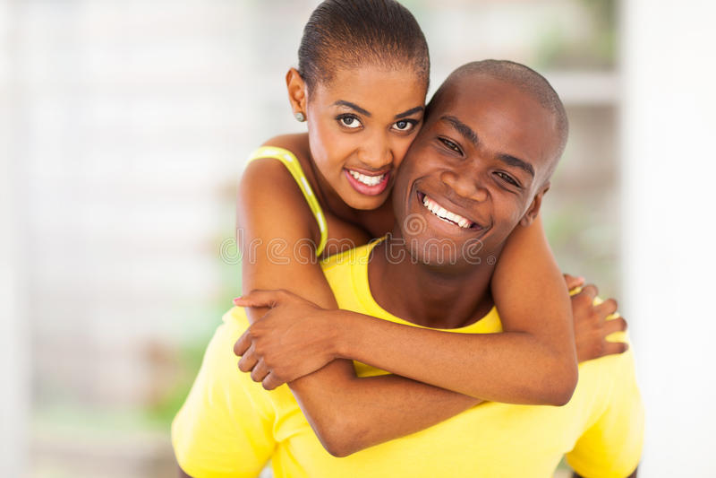 Pares africanos felices foto de archivo libre de regalías