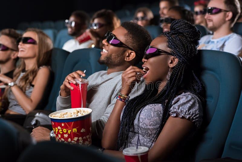 Pares africanos no cinema fotografia de stock royalty free