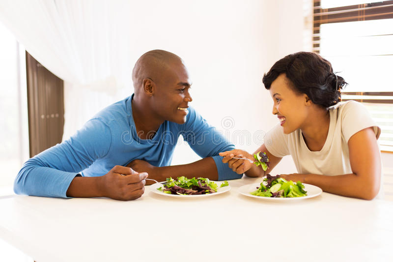 Pares africanos que comem o jantar fotos de stock