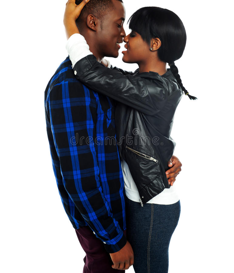 Pares africanos românticos que fazem o amor imagem de stock royalty free