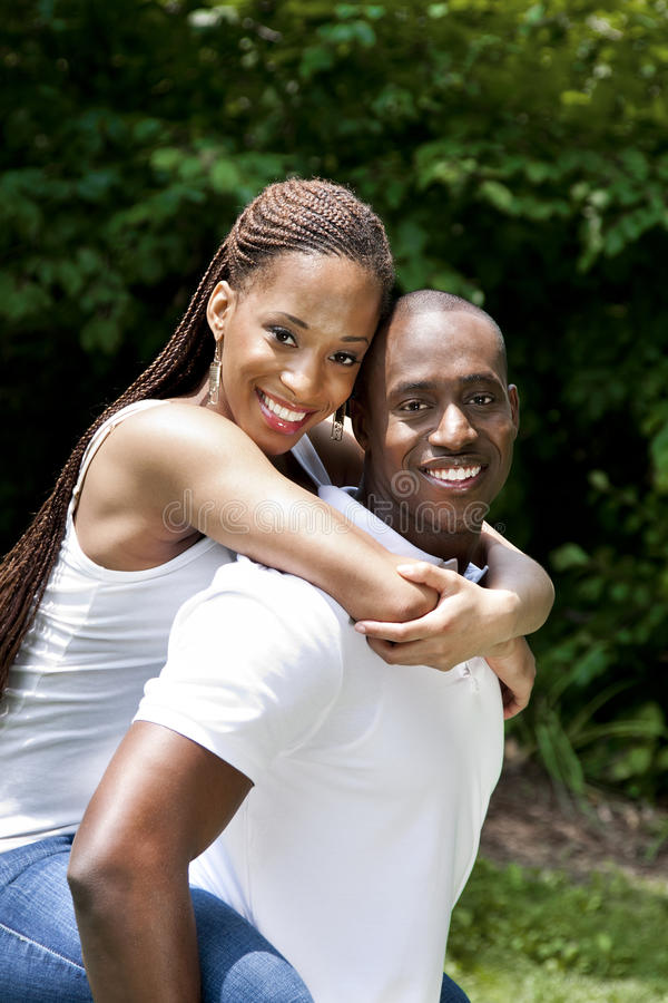 Pares africanos sonrientes felices imagen de archivo