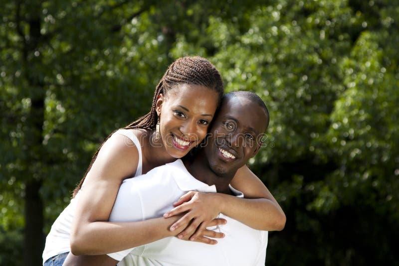 Pares africanos sonrientes felices imágenes de archivo libres de regalías